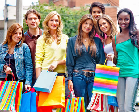 compras compulsivas: Grupo de personas de compras al aire libre, la celebraci�n de bolsas