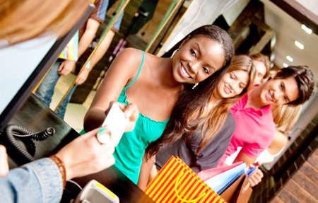 compras compulsivas: La gente compra en una tienda haciendo cola para pagar