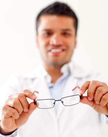 pr�voyance: Homme tenant des lunettes - isol� sur un fond blanc