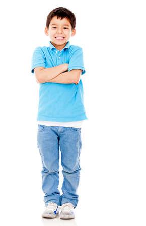 ni�o parado: Casual joven con los brazos cruzados - isololated sobre un fondo blanco