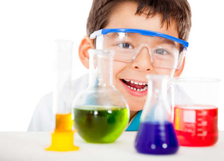 scienziati: Felice scienziato a giocare presso il laboratorio - isolato su uno sfondo bianco