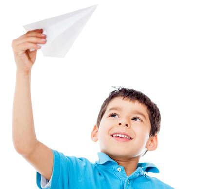 imaginacion: Muchacho sosteniendo un avi�n de papel - aislados en un fondo blanco