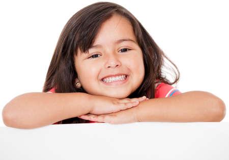 ni�os sonriendo: Precioso, chica, apoyada en una bandera - aislados en un fondo blanco Foto de archivo