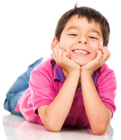 hispanic boy: Ni�o feliz en el suelo y sonriendo - aislados en blanco Foto de archivo