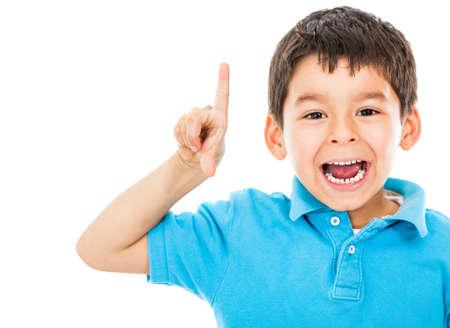 nios hispanos: Boy tener una buena idea - aislado sobre un fondo blanco