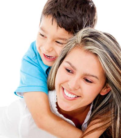 madre soltera: Madre amorosa y un hijo - aislados en un fondo blanco