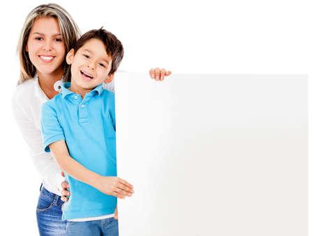 mamma e figlio: Madre e figlio in possesso di un banner - isolato su uno sfondo bianco Archivio Fotografico