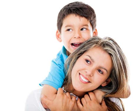 madre soltera: Feliz madre e hijo mirando hacia arriba - aislados en blanco