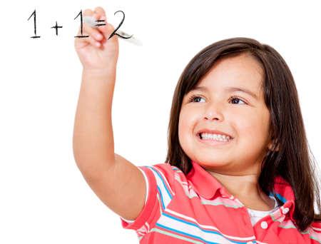 matematica: Ni�a de la escuela para aprender a sumar y escribir en la pizarra - isolaed