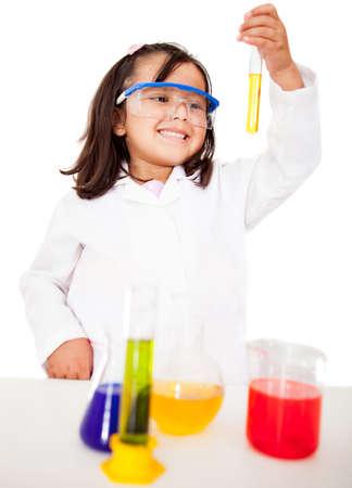 scienziati: Ragazza facendo esperimenti in laboratorio - isolato su bianco
