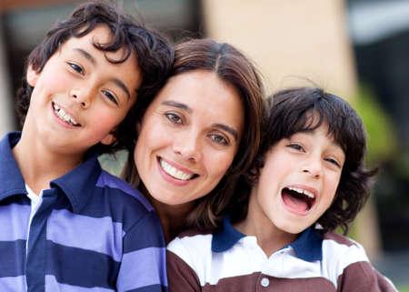 hispanic boy: Madre con sus dos hijos con una mirada feliz y sonriente