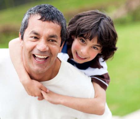 padre e hijo: Padre feliz y el hijo de divertirse al aire libre