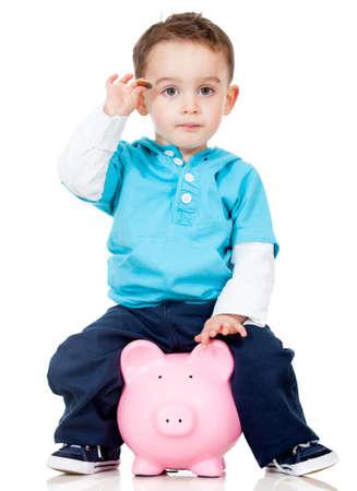 cash money: Boy ahorrar dinero en una hucha - aislados en un fondo blanco