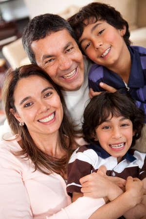 Retrato de familia feliz disfrutando el tiempo juntos en casa photo