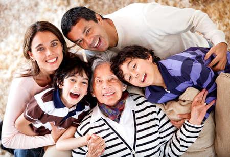hispanic boy: La abuela y su familia que parece feliz en su casa