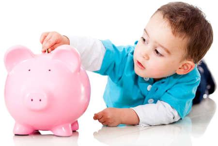 coinbank: Boy ahorrar dinero en una hucha - aislados en un fondo blanco