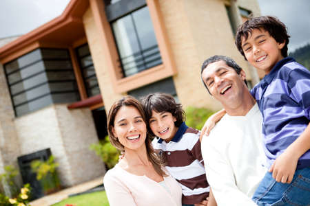 house: Mooie familieportret glimlachen buiten hun nieuwe huis Stockfoto