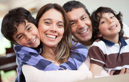 uomo felice: Felice famiglia ritratto sorridente insieme a casa
