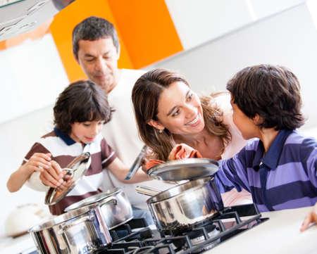 ni�os cocinando: Familia cocinar juntos en la cocina y una mirada feliz