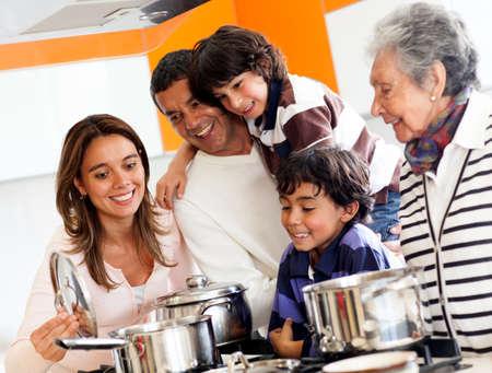 ni�os cocinando: Familia feliz cocinar juntos en casa y sonriendo