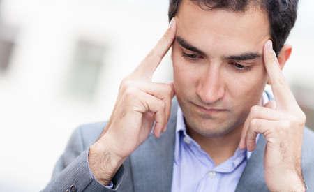 dolor de cabeza: Retrato de un hombre de negocios pensativa con un dolor de cabeza Foto de archivo