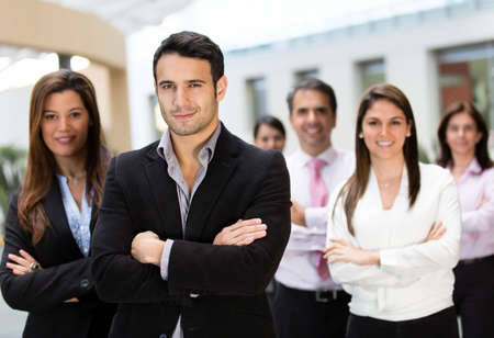 profesionistas: Grupo empresarial en la oficina buscando confianza con los brazos cruzados Foto de archivo