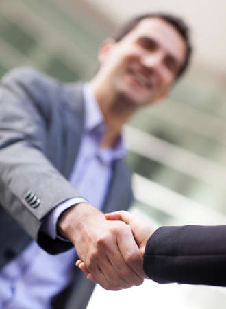 saludo de manos: Hombre de negocios dando un apret�n de manos para cerrar el trato