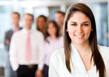 empleado de oficina: El éxito de la mujer en la oficina del líder de un equipo de negocios