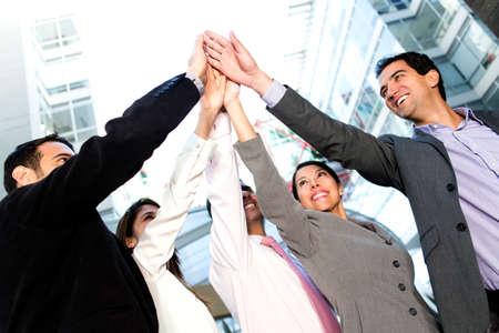 personas celebrando: La gente exitosa de negocios la celebraci�n de la m�xima de cinco a�os Foto de archivo