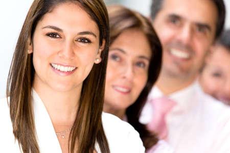 obreros trabajando: Equipo de negocios amigable en la oficina mirando muy feliz