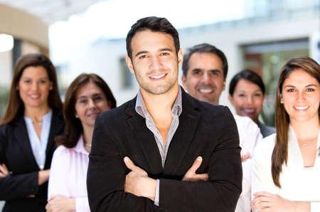 leiterin: Gruppe von erfolgreichen Gesch�ftsleuten suchen zuversichtlich