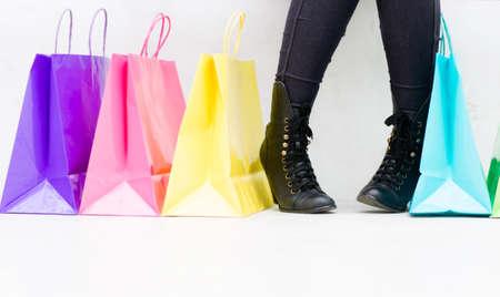 comprando zapatos: Mujer con bolsas de la compra la compra de los zapatos - aislados Foto de archivo