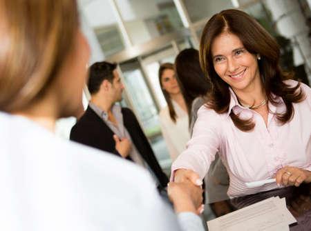 recepcion: Exitosa mujer de negocios comprobando en un hotel y sonriente