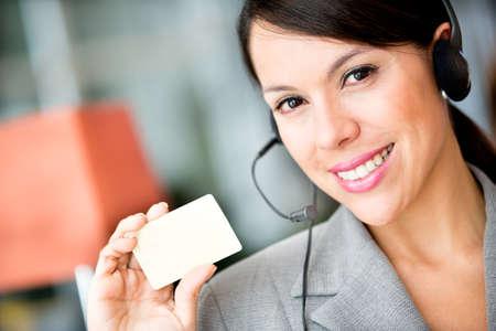 secretaries: Mujer la celebraci�n de una tarjeta para incluir detalles de contacto Foto de archivo