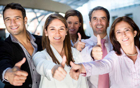 personas celebrando: Equipo de negocios feliz con los pulgares hacia arriba y sonriendo