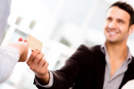 pagando: Hombre de negocios que pagar con una tarjeta de cr�dito o d�bito