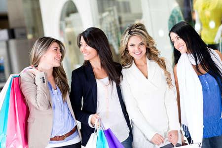 filles shopping: Groupe de femmes marchant dans le centre commercial