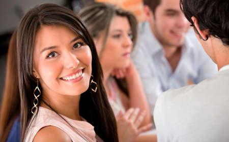 sociable: Giovane donna con un gruppo di studio sorridente