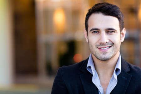 podnikatel: Portrét hezký příležitostný obchodník s úsměvem Reklamní fotografie