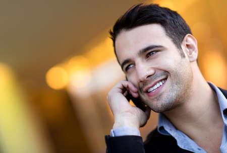 person calling: Exitoso hombre de negocios hablando por su tel�fono celular
