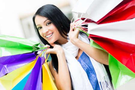 compras compulsivas: Retrato de un comprador compulsivo de la celebración de bolsas de la compra