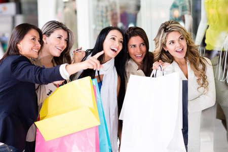 chicas de compras: Grupo de amigas que tienen compras de la diversi�n