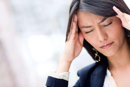 dolor de cabeza: Retrato de mujer de negocios estresado con un dolor de cabeza