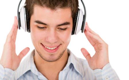 �couter: Homme �couter de la musique avec des �couteurs - isol� sur un fond blanc