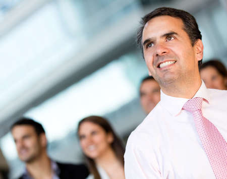 liderazgo: Pensativo hombre de negocios en la oficina mirando hacia arriba