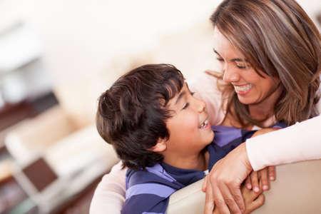 madre e hijo: Madre feliz con su hijo sonriendo en su casa