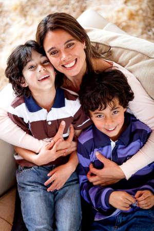 madre soltera: Madre e hijos mirando feliz y sonriente Foto de archivo