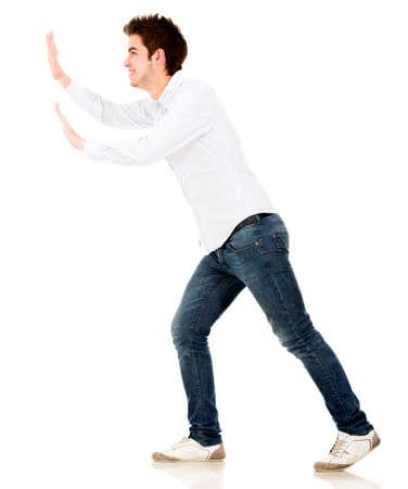hombre empujando: El hombre empuja un objeto imaginario - aislados en un fondo blanco