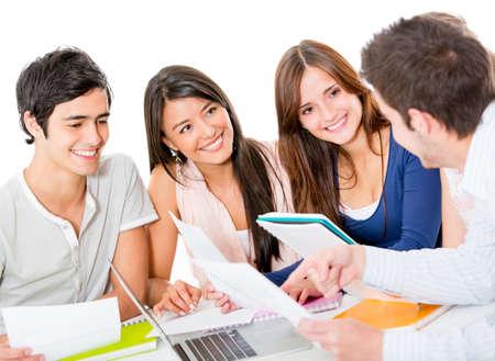 sociable: Gruppo di giovani che studiano insieme - isolato su uno sfondo bianco Archivio Fotografico