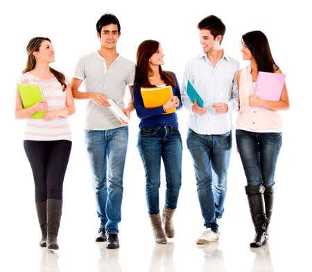 estudiantes universitarios: Grupo de amigos de los estudiantes que hablan - aislados en un fondo blanco Foto de archivo